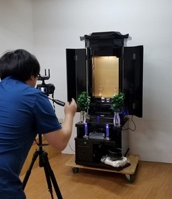 創価仏壇・創春黒檀桜蒔絵付き 撮影しています。