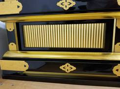 漆と金箔のお掃除:左側側面下台部分の試しクリーニングが